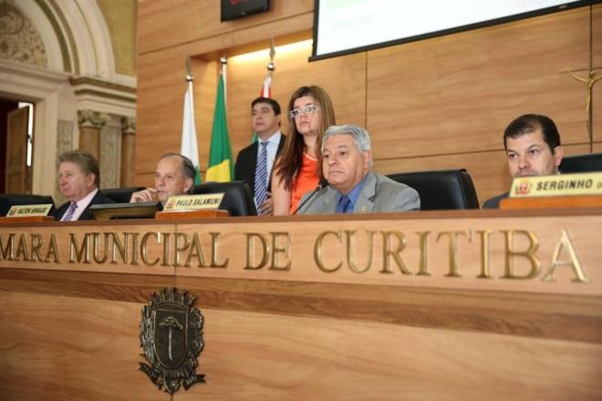 Segundo o presidente da Câmara, Paulo Salamuni (no centro), a ideia é que o processo de escolha do ouvidor seja encerrado antes do final do ano | Andressa Katriny / CMC / Divulgação