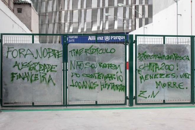 Muro da recém-inaugurada Allianz Parque Arena amanheceu pichado após derrota do Palmeiras, próximo adversário do Coritiba   Marco Ambrosio/ Folhapress