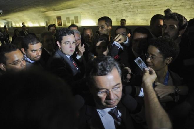 Deputado Rubens Bueno (com dedo em riste) interrompe a entrevista do presidente da CPMI da Petrobras, senador Vital do Rêgo, após impossibilidade de votar novas convocações na CPMI da Petrobras | Jefferson Rudy / Agência Senado