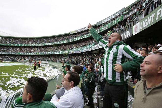 O torcedor do Coritiba está sendo convocado pelos jogadores para lotar o estádio contra o Palmeiras. | Daniel Castellano/ Gazeta do Povo