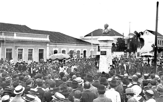 Foto da solenidade da inauguração do monumento a Zacarias de Góes e Vasconcelos, na praça que leva seu nome, em 19 de dezembro de 1915 |