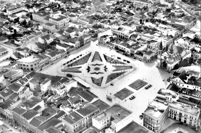Foto aérea da Praça Tiradentes e cercanias, feita em 1935, mostra um ambiente formado por prédios baixos |
