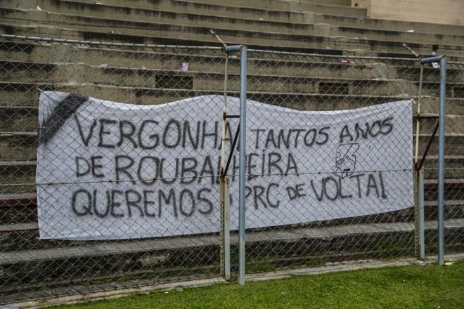 Torcida protestou no último jogo do Paraná na Série B | Lineu Filho/Tribuna