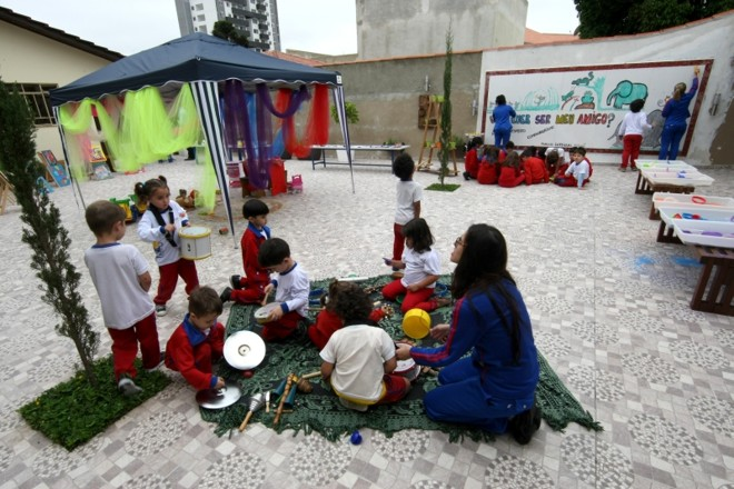 Pátio é dividido em territórios temáticos com diferentes materiais e conteúdos | Aniele Nascimento/Gazeta do Povo