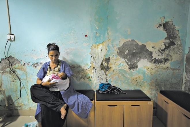 Mãe amamenta em Haryana, na Índia, onde quase todos os bebês nascidos em hospitais nos últimos anos receberam injeções de antibióticos | Kuni Takahashi/ The New York Times