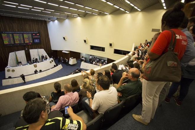 Servidores acompanham a sessão da Assembleia Legislativa nessa terça-feira |