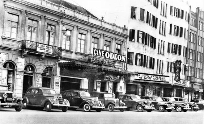 Avenida João Pessoa, atualmente com seu nome original de Luiz Xavier, em foto feita no dia 1º de agosto de 1946. Nesta época o local era conhecido como Cinelândia. Na imagem aparecem dois cinemas que ali existiram, o popular Cine Odeon e o mais requintado, Cine Ópera |