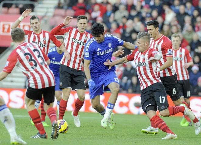 Diego Costa cercado por marcadores do Southampton | Reuters