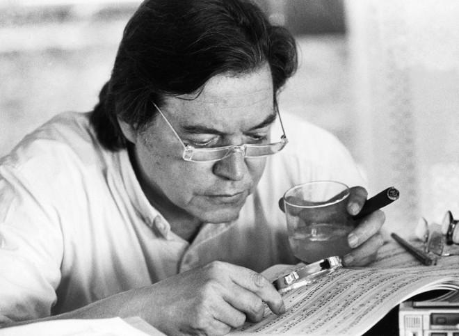 Partitura, lupa e uisquinho: um dia típico do maestro no trabalho | Saraivaconteudo.com/Divulgação