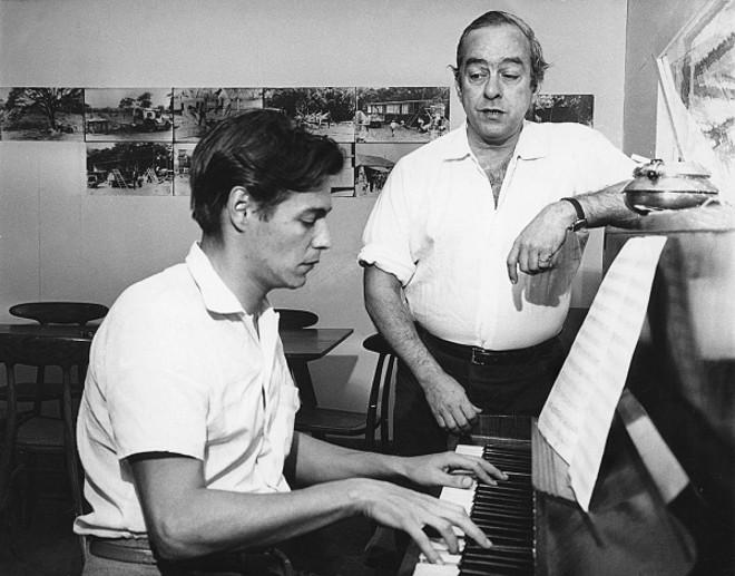 Um jovem Tom Jobim, ao piano, e Vinicius de Moraes:muitas parcerias, conversas e tragos |