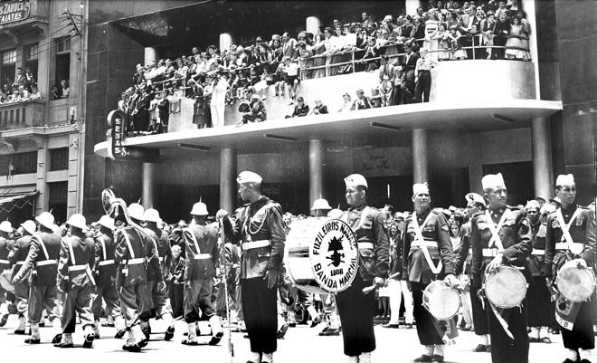 Desfile realizado no dia 19 de Dezembro de 1953 na então Avenida João Pessoa. Notável a presença da Banda dos Fuzileiros Navais. |