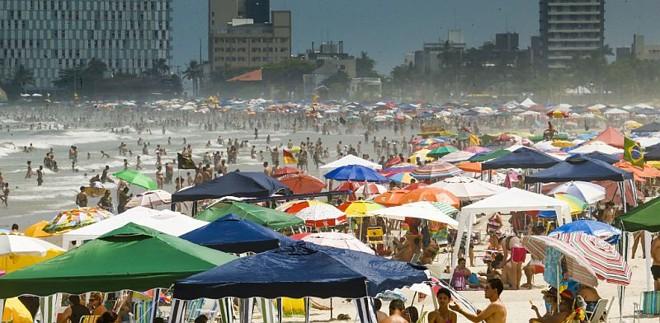 No último domingo do ano, a Praia Brava lotou | Hugo Harada/Gazeta do Povo