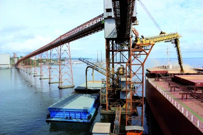 Navio chinês carrega soja em Santarém (PA). Logística dispensa os custos do Sul e Sudeste | Giovani Ferreira/gazeta Doa€‰povo