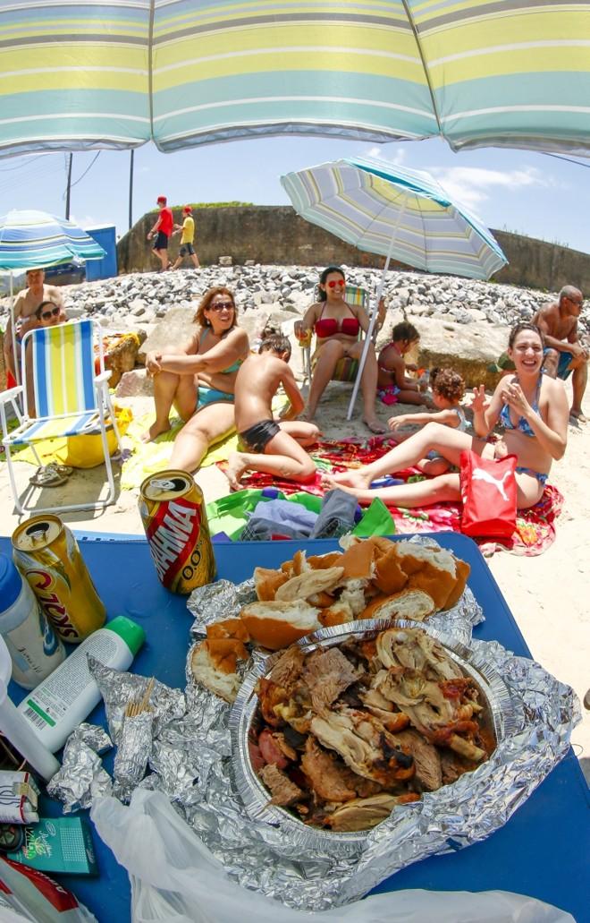 Para tentar gastar menos no litoral, famílias como a Rocha levam comida para a areia | Hugo Harada/Gazeta do Povo