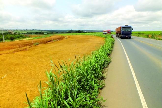 Caminhão percorre a BR-163 em Mato Grosso. Rodovia atravessa a região que mais produz soja no Brasil | Daniel Castellano/gazeta Do Povo