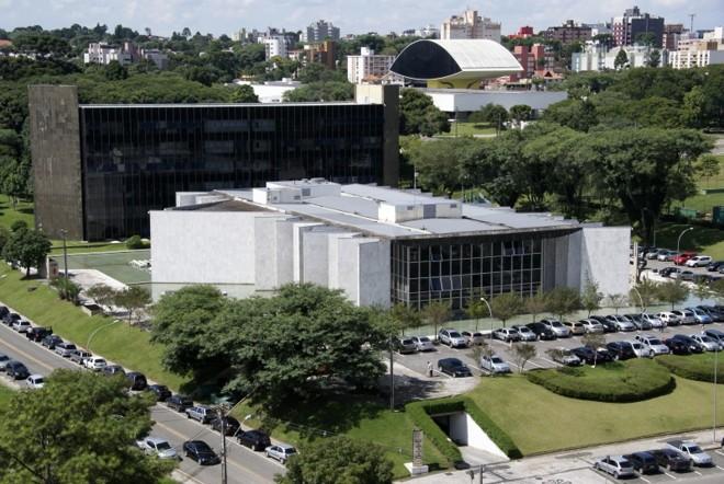 Vista do prédio do TC e do anexo (ao fundo): vários dos 132 servidores beneficiados com as promoções irregulares são parentes de conselheiros do tribunal | Marco André Lima/Gazeta do Povo/Arquivo