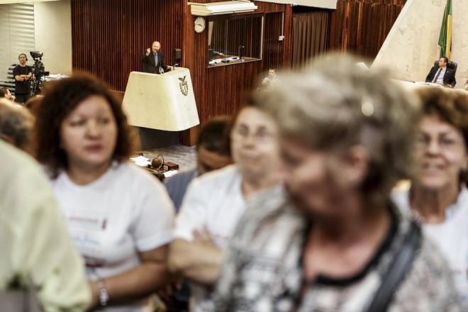 Manifestantes viram as costas para o pronunciamento do deputado Romanelli, que defendia aumento de impostos na tribuna da Assembleia |