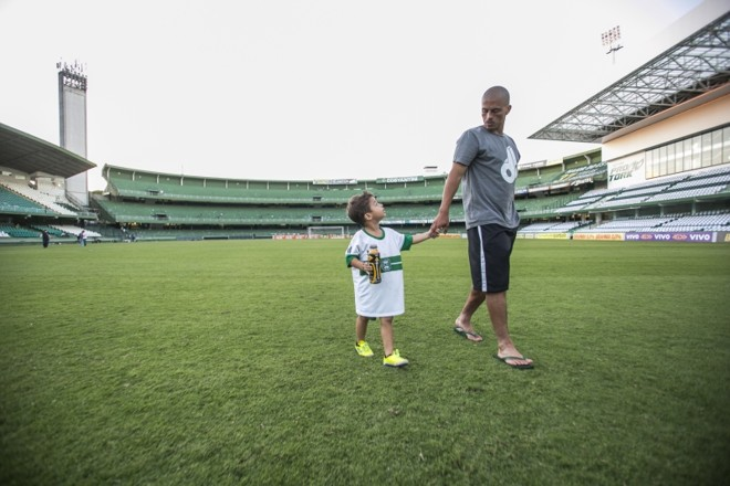 Alex, com o filho Felipe, se despede do Couto como jogador   Marcelo Andrade/Gazeta do Povo