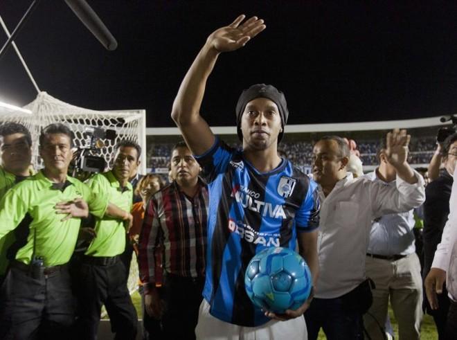 Ronaldinho Gaúcho na apresentação ao Querétaro   Reuters