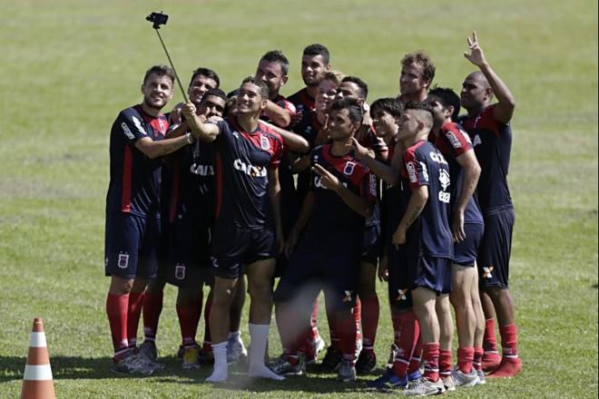 Jogadores do Paraná se juntam para tirar foto com o bastão de tirar selfie   Felipe Rosa / Tribuna do Paraná