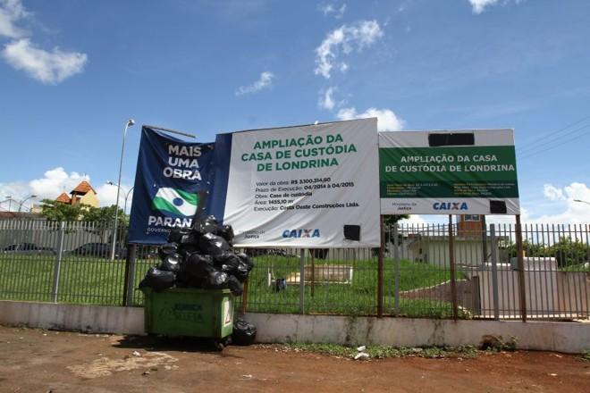 No terreno que abrigará a Casa de Custódia de Londrina, apenas placas e lixo | Roberto Custódio/Gazeta do Povo