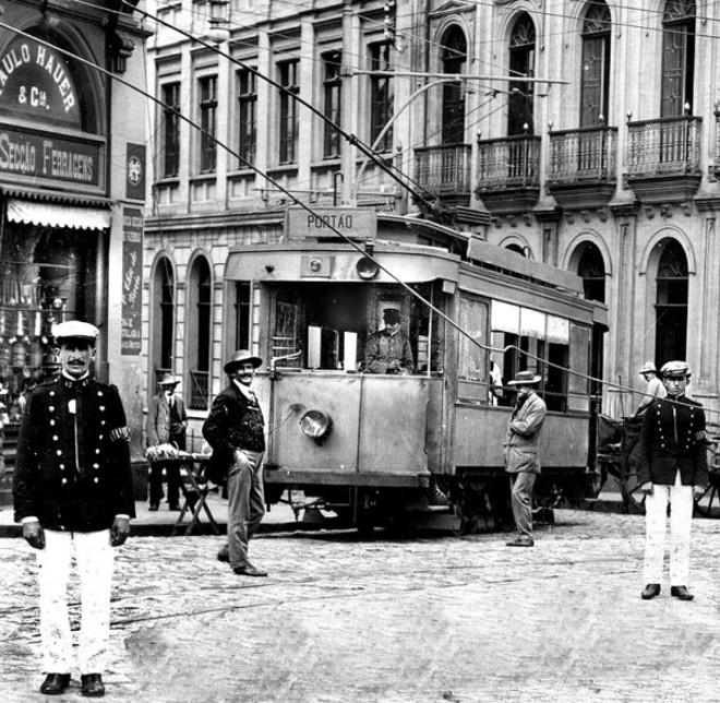 Logo no dia da inauguração, em sete de janeiro de 1913, o bonde do Portão sofre um acidente em que se partiu o cabo condutor elétrico, na esquina da atual Rua Monsenhor Celso com a Praça Tiradentes |