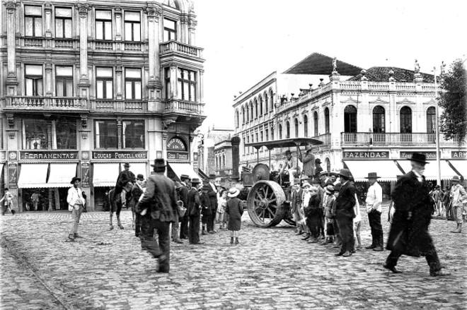 Em seis de setembro de 1912 uma das recém importadas Compressoras compactam o calçamento para a instalação dos trilhos aos bondes elétricos, sob olhar dos curiosos   Acervo Cid Destefani