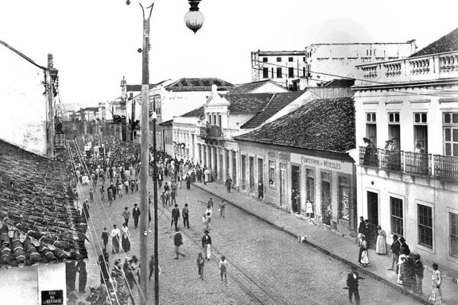 A passeata avança pela Rua Quinze, em direção a Rua Barão do Rio Branco, em protesto sobre a questão de limites entre o Paraná e Santa Catarina. Foto de 1904 |