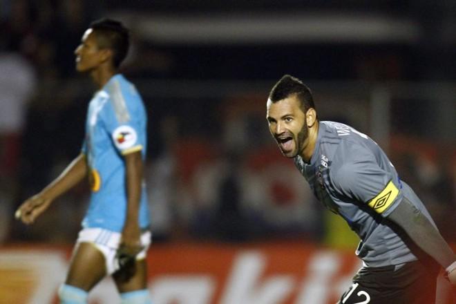 O goleiro Weverton comemora a vitória nos pênaltis do Atlético sobre o Sporting Cristal, pela Libertadores, na Vila Capanema. | Albari Rosa/Gazeta do Povo