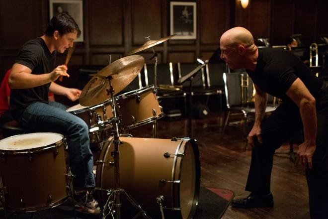 Atuações de Miles Teller e J. K. Simmons são trunfos do filme: o jovem aprendiz se mostra disposto a dar o próprio sangue (mesmo) e sacrificar muito em nome da música, inclusive a vida afetiva | Daniel McFadden/Divulgação