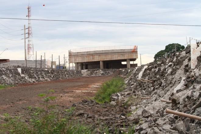 As obras da trincheira da Avenida Waldemar Spranger sobre a rodovia estão abandonadas | Rubem Vital / JL