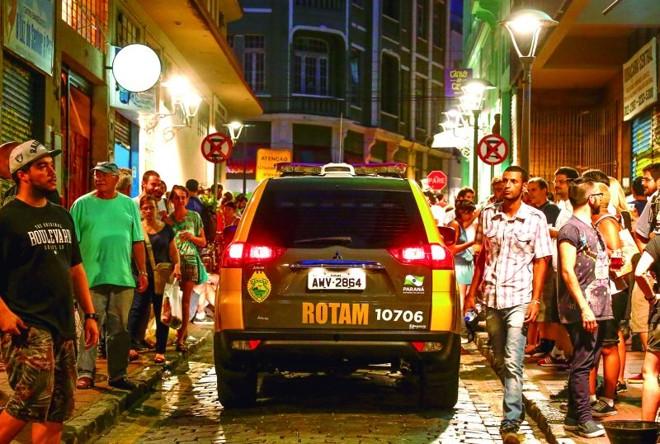 Se essa rua fosse minha: carro da Polícia Militar circula no meio da multidão que ocupa a Rua São Francisco | Hugo Harada