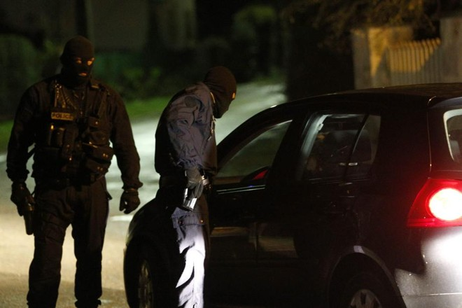 Policiais fazem um cerco nas estradas e ruas próximas da cidade de Villers-Cotterêts, ao Nordeste de Paris na busca pelos suspeitos do atentado ao periódico Charlie Hebdo | Yoan Valat / EFE