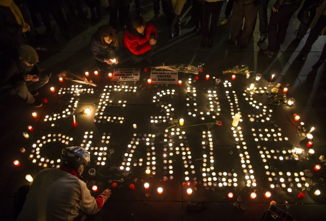 Franceses usam vela para escrever a frase em Paris | Ian Langsdon/EFE