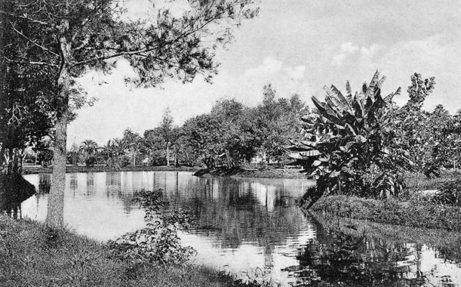 O Passeio Público era servido pelas aguas do Rio Belém, que foram substituídas em 1965 pelas de poços artesianos. A foto é de 1906 |
