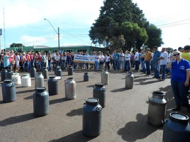 Leite foi levado para a frente da Câmara de Vereadores de Pitanga. | Divulgaa§a£o / Sindicato Rural De Pitanga