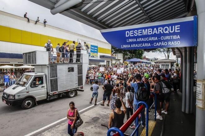 Em Araucária, passageiros protestaram contra o fim da integração | Daniel Castellano/Gazeta do Povo