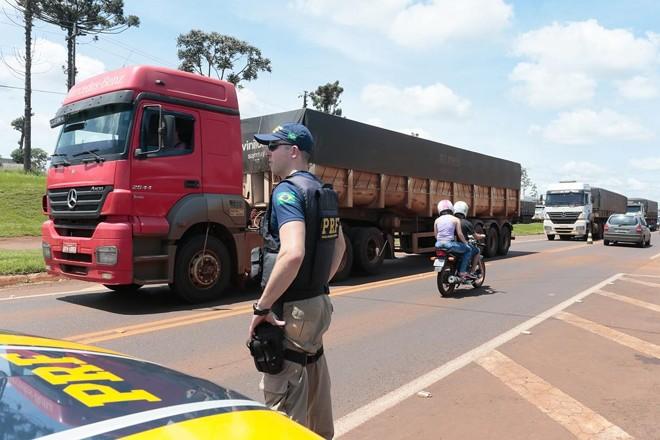Polícia Rodoviária Federal acompanhou protesto na BR-277, em Cascavel.   Cesar Machado/Vale Press