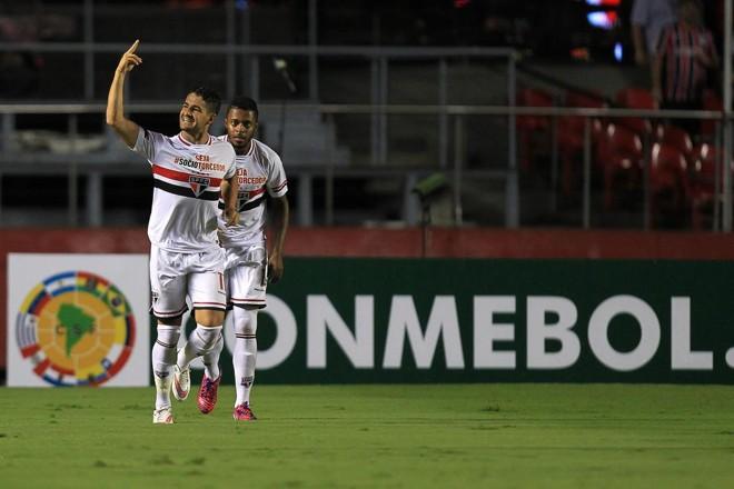 Alexandre Pato comemora gol contra o Danúbio, do Uruguai, na goleada tricolor por 4 a 0 no Morumbi, pela Libertadores. | Sebastião Moreira /EFE