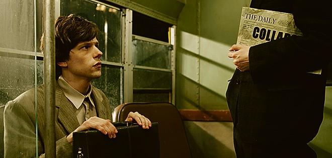 Jesse Eisenberg vive dois papéis em O Duplo, de Richard Ayoad.   Divulgação