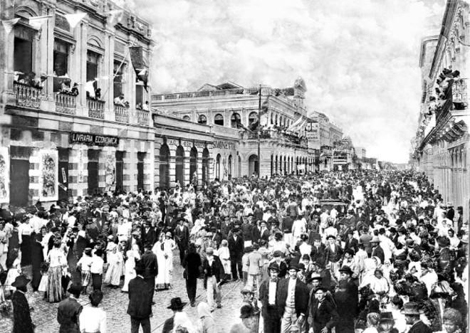 Carnaval na Rua Quinze de Novembro. A multidão participava da festa, em foto de Fevereiro 1905 |