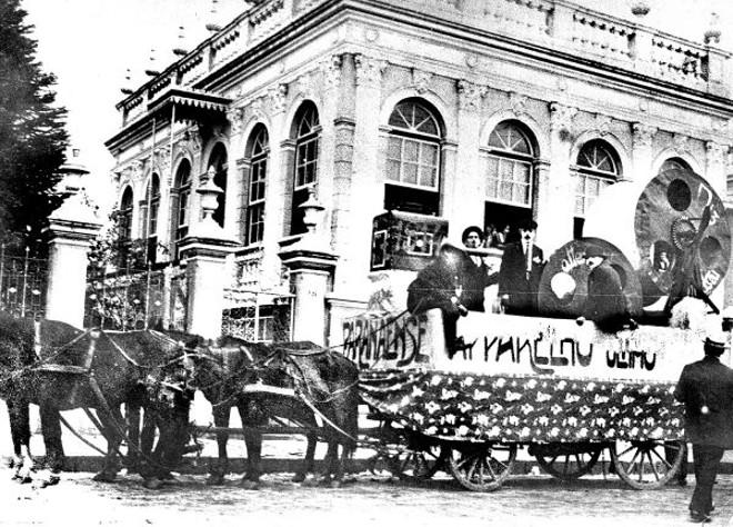 Carroça preparada a participar do corso maldito. A critica é sobre os cinemas de Curitiba, no carnaval de 1915   Acervo Cid Destefani