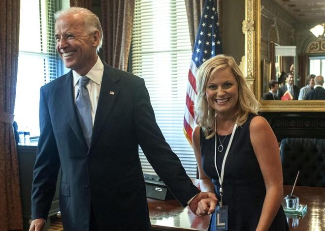 Vice-presidente Joe Biden (ao lado de Amy Poehler) apareceu na quinta temporada da série. | Divulgação
