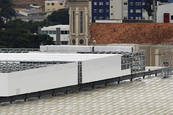 Teto retrátil da Arena da Baixada recebe os últimos retoques: segundo engenheiro da Lanik I S.A. o trabalho está 90% pronto. | Felipe Rosa/Tribuna