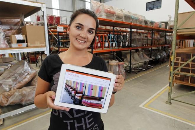 Aposta em site que se adapta ao tamanho da tela do celular alavancou as vendas da Desmobilia, conta a gerente Andressa Cunha   Antônio More/Gazeta do Povo