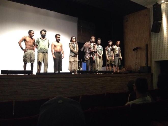 Mendigos no palco: peça ousou e causou polêmica. | Tayná de Campos Soares/Divulgação