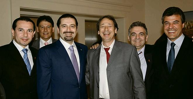 Acima, Luiz Abi (terno cinza) se destaca ao lado de Said Hariri, ex-primeiro-ministro do Líbano, em ato oficial a que também Richa estava presente. Ao lado, comitiva paranaense (Abi é o de gravata vermelha) e anfitriões em torno de uma mesa no convés do iate. |