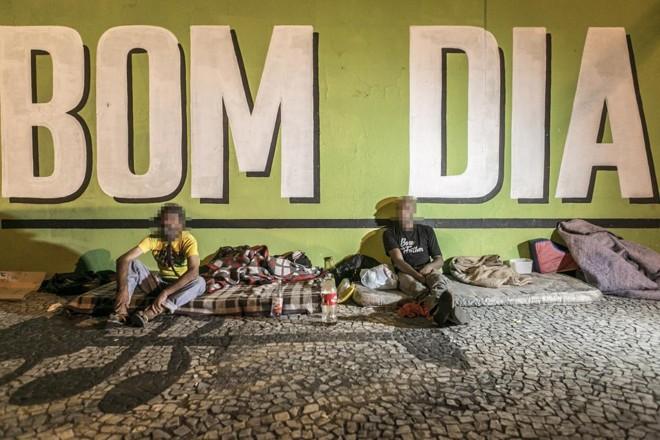 Na Rua João Negrão, perto do terminal do Guadalupe, moradores de rua instalam colchões e dividem a calçada. | Marcelo Andrade/Gazeta do Povo