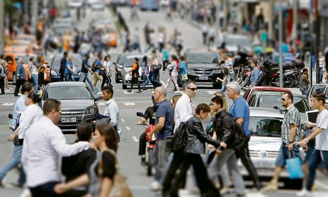 Entre as várias relações criadas entre cidades que compõem fluxos de migrações urbanas, o transporte é o principal nó a ser desatado. | Antônio More/Gazeta do Povo