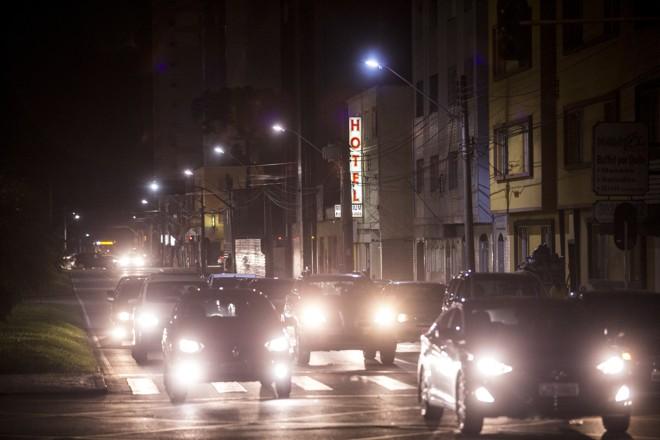 Lâmpadas novas são mais potentes. A Rua Mariano Torres, no centro, já tem os equipamentos. | Brunno Covello/Gazeta do Povo